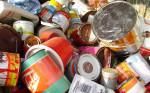 Verschiedene Farb- und Lackdosen