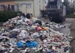 Gelbe-Tonne-Material aus Müllfahrzeug wegen Brand auf Straße ausgeleert und dort  durch Feuerwehr gelöscht