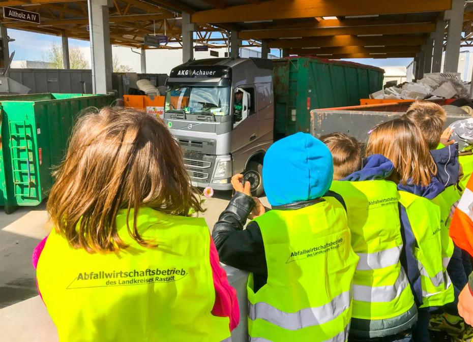 Exkursion mit Kindern auf dem Wertstoffhof in Bühl-Vimbuch