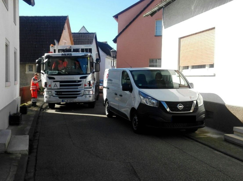 Parkende Fahrzeuge behindern Müllfahrzeug
