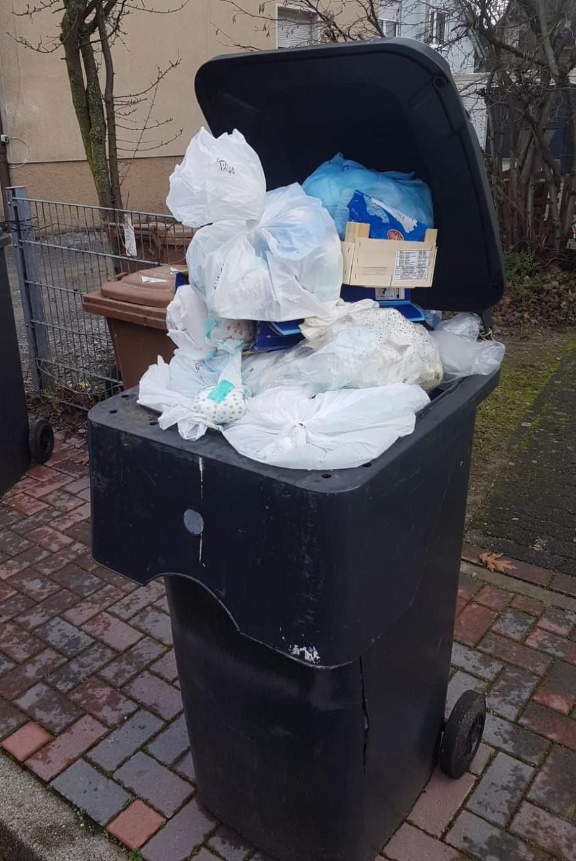 Überfüllter Restabfallbehälter